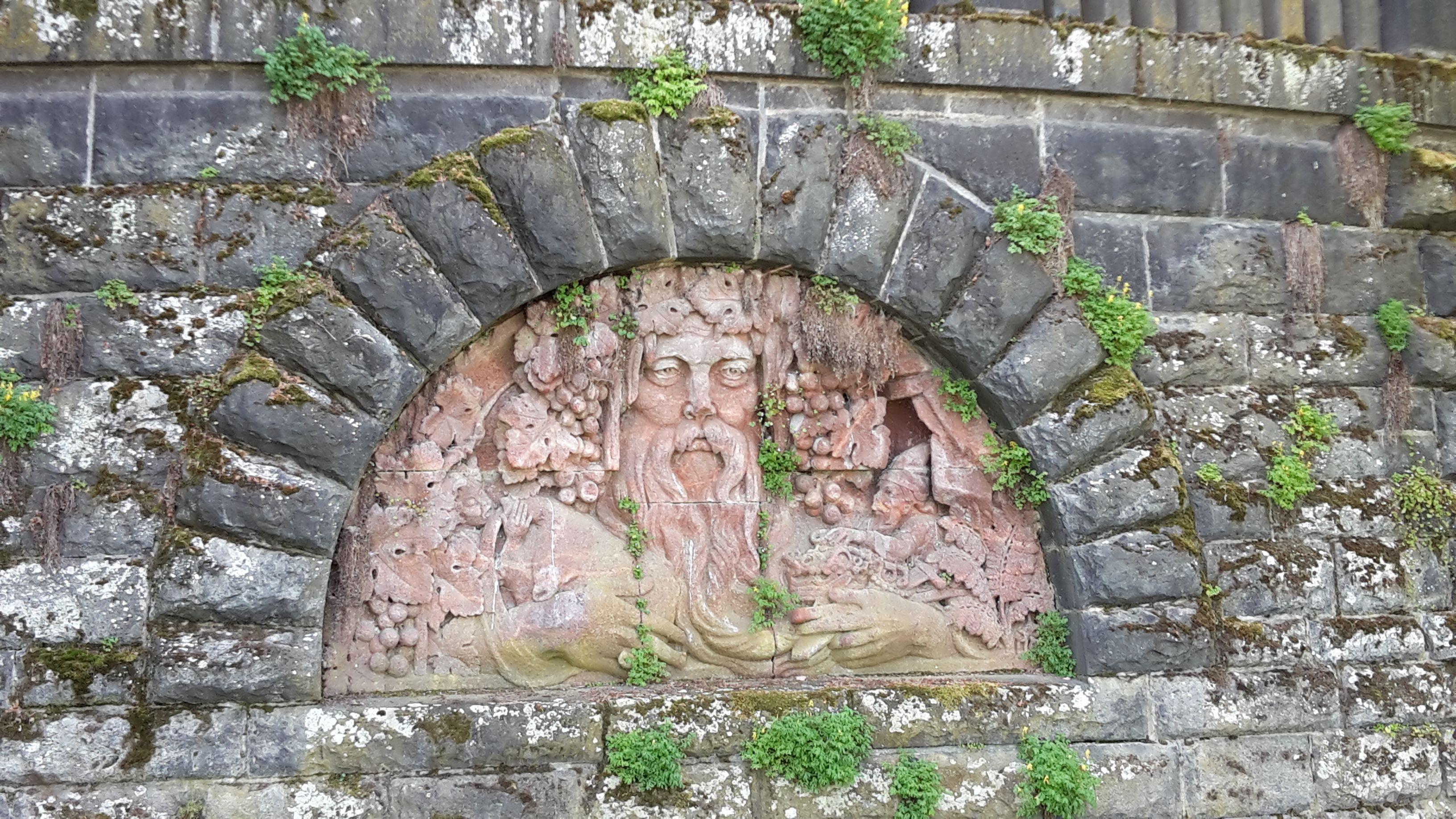 Steinskulptur am Rheinufer Bonn