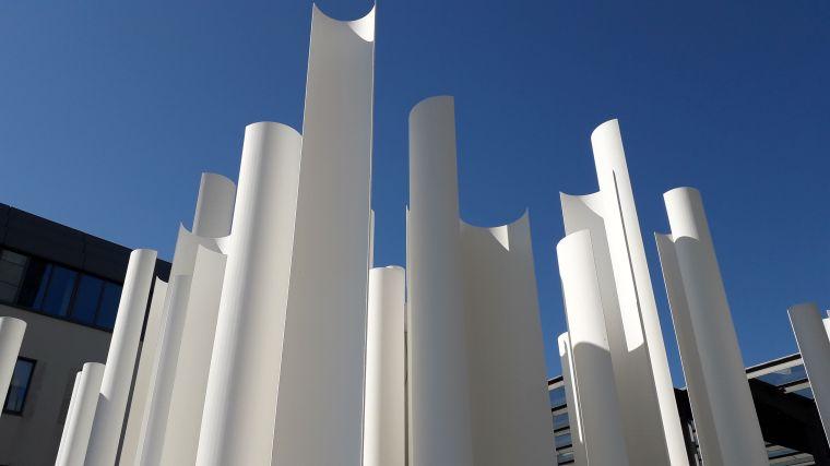 Weisse Halbröhren am Bonner Stadthaus